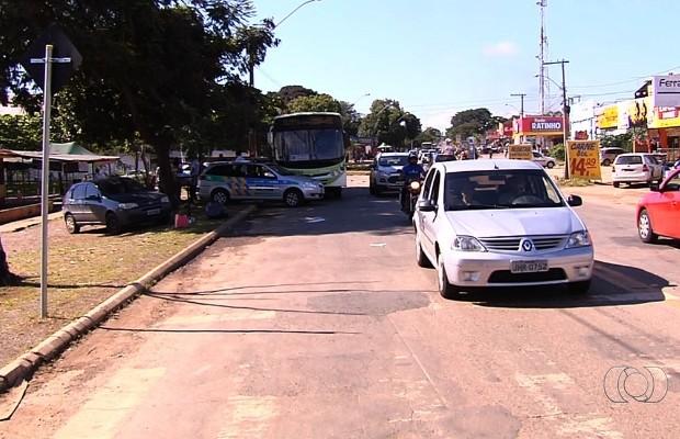 Mulher é atropelada por ônibus do transporte coletivo em Goiânia, Goiás (Foto: Reprodução/TV Anhanguera)