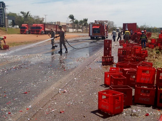 Bombeiros tiveram que retirar cacos de vidro espalhados pela BR-153 (Foto: Fernando Vieira/Divulgação)