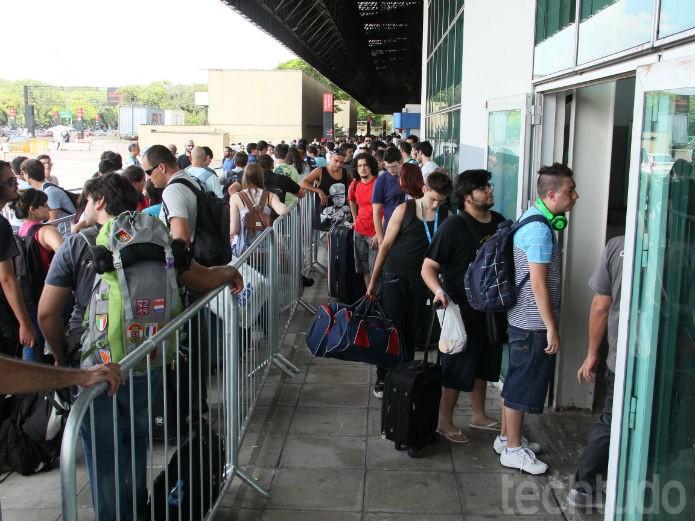 A fila do lado de fora estava bastante longa, mesmo durante a tarde  (Foto: TechTudo/Renato Bazan)