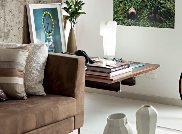 Apartamento, arquiteto gustavo calazans, sofá cinza, mesa lateral, madeira, vigas de aço, fotografias (Foto: Edu Castello/Editora Globo)