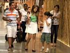 Nívea Stelmann vai a shopping com a filha Bruna e encontra famosos