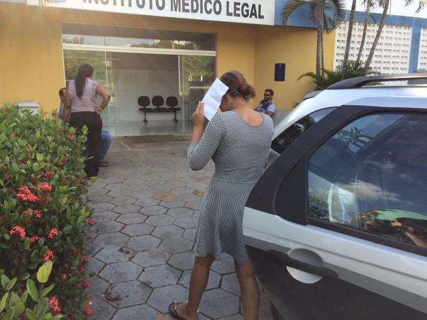 Mulher foi levada para o IML para fazer exames (Foto: João Guilher Lobaz)