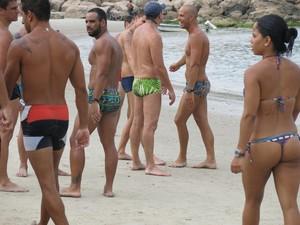Turistas aproveitam para caminhar nas praias (Foto: Natasha Guerrize / GloboEsporte.com)