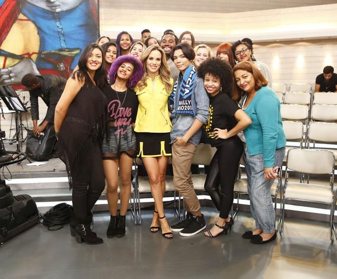 Ana Furtado tira foto com a plateia do programa  (Foto: Fábio Rocha/Gshow)