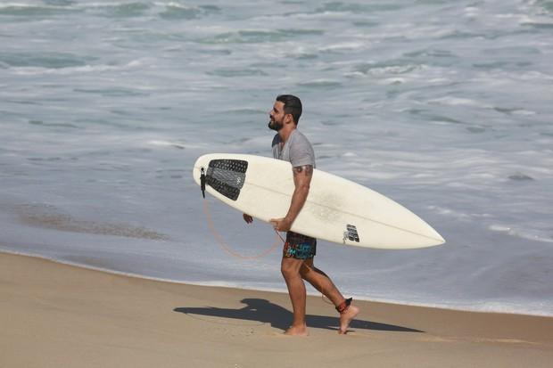 Juliano Cazarré surfando (Foto: Dilson Silva / AgNews)