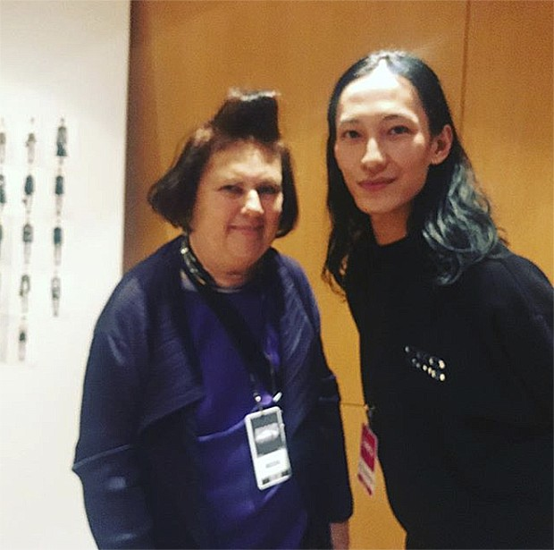 With Alexander Wang backstage in New York (Foto: @suzymenkesvogue)