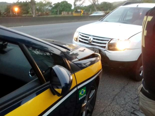 Motorista dirigiu por 13 km na contramão até bater contra viatura (Foto: Divulgação/PRF)