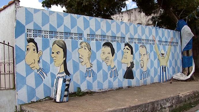 Rua Alexandre Farhat, em Rio Branco, tem rostos de jogadores argentinos pintados em muros (Foto: Reprodução/TV Acre)