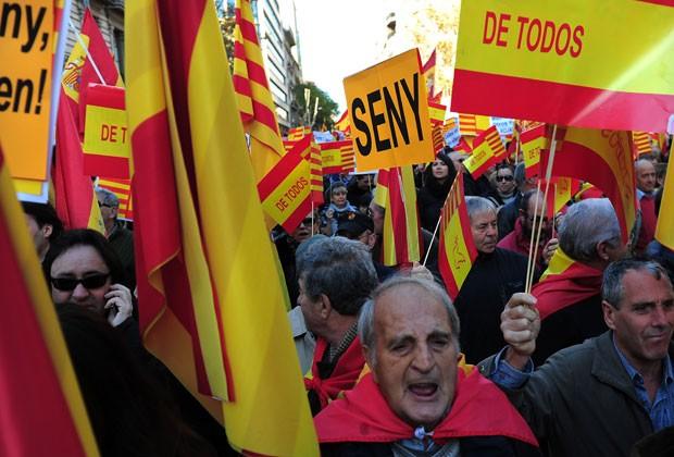Moradores de Barcelona fazem protesto pela união espanhola nesta qunta-feira (6) (Foto: AFP)