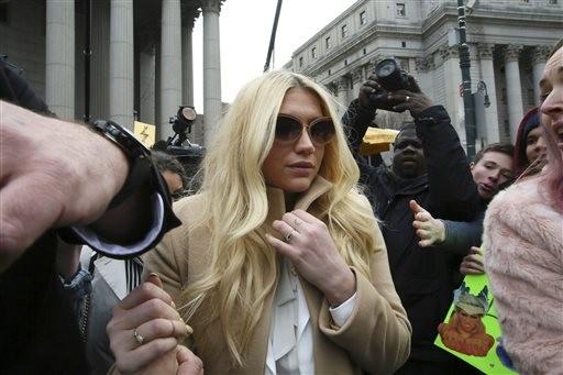 Ke$ha, ao sair de uma das audincias do processo contra Dr. Luke (Foto: Mary Altaffer/AP)