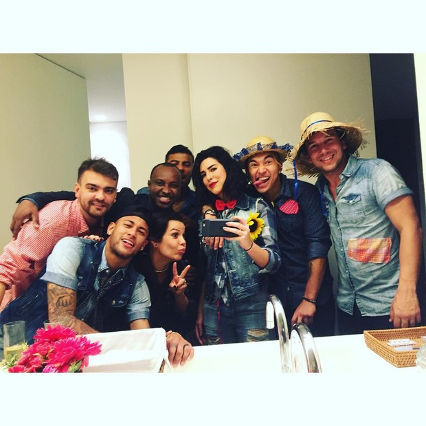 Neymar em foto com amigos durante arraiá do Huck. Clique foi feito por Fernanda Paes Leme (Foto: Reprodução/Instagram)