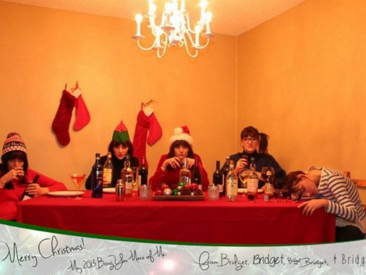 Várias Bridgets sentada à mesa, no cartão de 2012