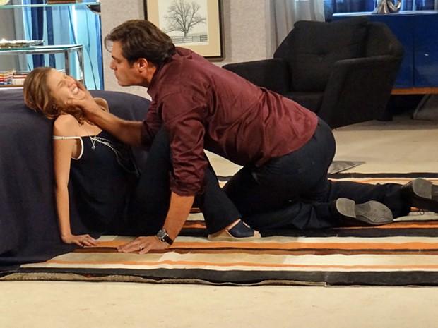 O médico mostra do que é capaz ao machucar Laura (Foto: Gabriela Duarte / Gshow)