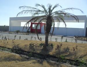 Jardins da entrada do CT do CRB estão com gramas e plantas amareladas (Foto: Denison Roma / GloboEsporte.com)