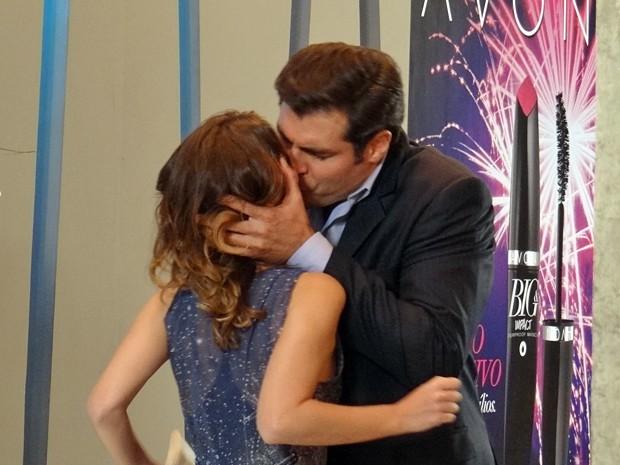 Marcos chama ex para conversar e aproveita para tascar um beijão (Foto: Gabriela Duarte / Gshow)