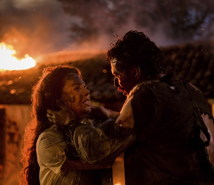 Eulália e Ernesto sofrem ao ver que o galpão está pegando fogo (Foto: Caiuá Franco/TV Globo)