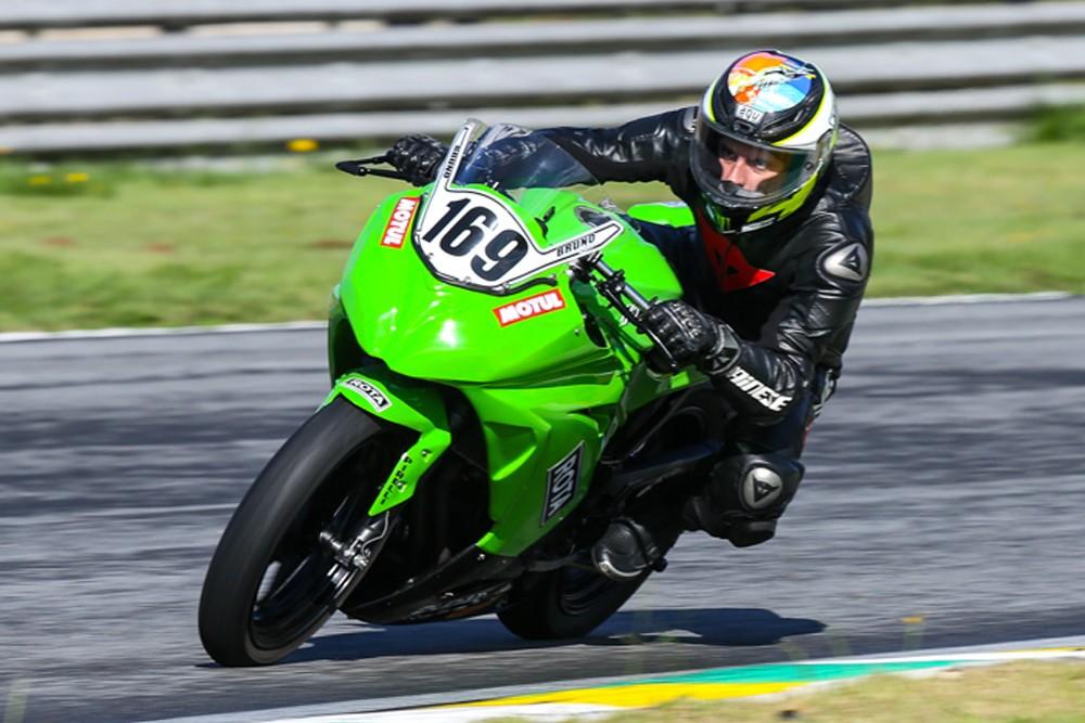 Bruno Ribeiro, #169, da Duda Racing, chegou em P1 na primeira etapa da Copa Kawasaki Ninja 300. (Foto: Divulgação/Johanes Duarte)