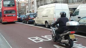 Motos são liberadas para andar no corredor de ônibus em Londres (Foto: Divulgação)