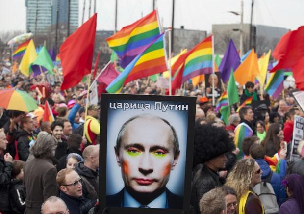 Gays e simpatizantes protestam contra o presidente da Rússia, Vladimir Putin, nesta segunda-feira (8) (Foto: AFP)
