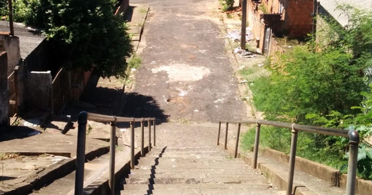 Rua e escadaria esburacadas geram problemas em bairro prudentino - Globo.com