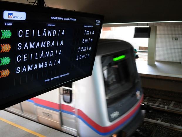 Painel informativo instalado na estação Arniqueiras, em Águas Claras (Foto: Gabriel Jabur/Agência Brasília)