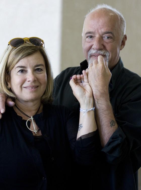 Christina Oiticica e Paulo Coelho têm a mesma tatuagem: cumplicidade (Foto: Xurxo Lobato/Getty Images)