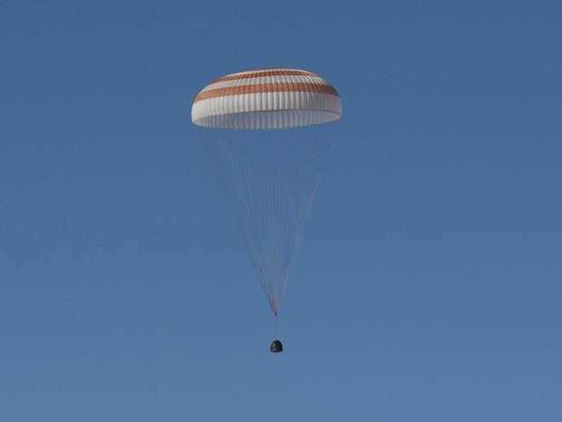 Cápsula espacial Soyuz com três astronautas a bordo retorna em segurança à Terra nesta segunda-feira (13). (Foto: Reuters)