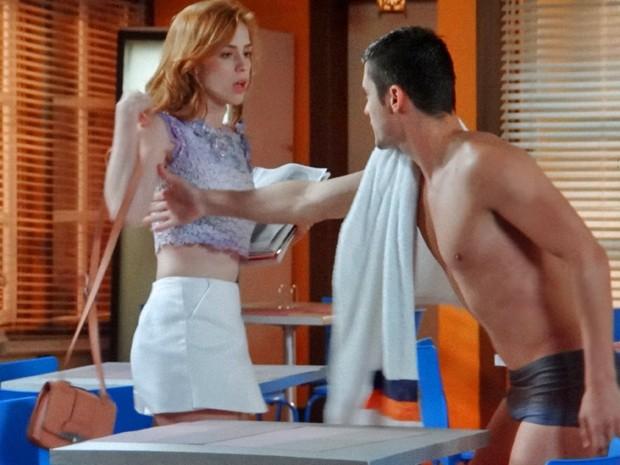 Gaby é fria com Gustavo e dá 'chega pra lá' no namorado (Foto: TV Globo)