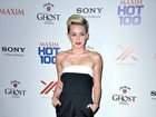 Miley Cyrus erra a mão no make e sai com 'barba branca' em fotos
