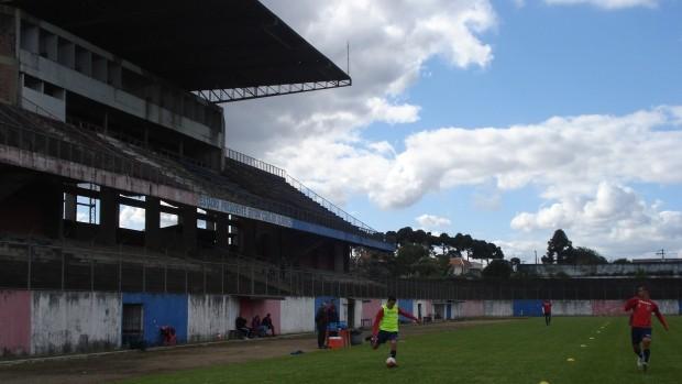 Grupo do Paraná Clube treina na Vila Olímpica (Foto: Fernando Freire/GLOBOESPORTE.COM)