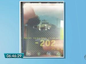 Carro foi flagrado a 202 km/h na BR-463 em MS (Foto: PRF/ Divulgação)