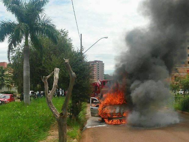 Carro pegou fogo na Avenida Fátima Porto, na tarde desta quarta-feira (28) (Foto: Corpo de Bombeiros/Divulgação)