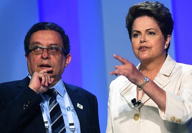 O marqueteiro João Santana é visto ao lado da presidente Dilma Rousseff durante debate entre candidatos à presidência na Rede Globo, em outubro de 2014 (Foto: Reprodução/TV Globo)