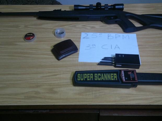 Arma e detector de metais foram apreendidos pela PM (Foto: Camila Torres/Inter TV)