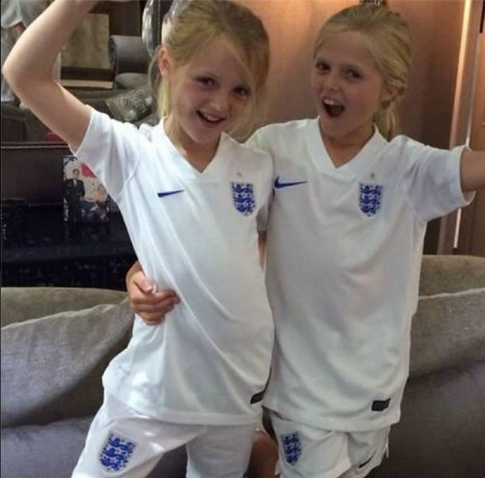 Gerrard mostra duas filhas a caráter (Foto: Reprodução)
