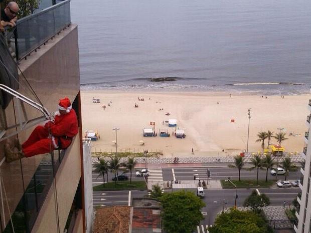 Papai Noel desce de rapel em prédio de Ipanema para chamar a ateção para equipamentos de segurança (Foto: Elaine Cordeiro/ Ipanema Plaza Hotel)