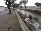 Jovem se arrisca surfando dentro de canal de Santos e vídeo viraliza na web