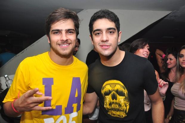 Bernardo Mesquita e Miguel Romulo no baile da Favorita (Foto: João Victor / Divulgação)