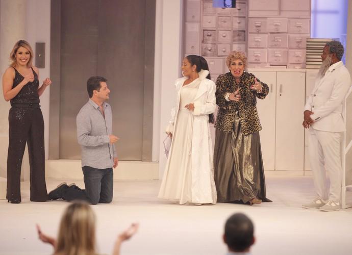 Renata Dominguez em cena com elenco do 'Tomara que Caia' (Foto: Artur Meninea/Gshow)