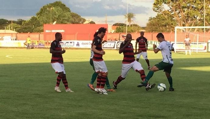Lance entre Águia Negra e Naviraiense no estádio Ninho da Águia (Foto: Orisvaldo Sales/Naviraiense)