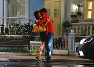 Théo e Morena conversam e se beijam (Foto: Salve Jorge / TV Globo)