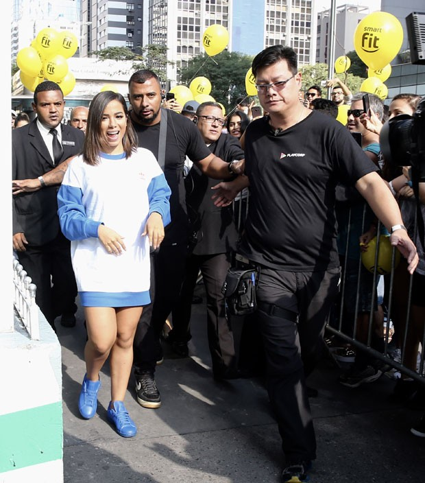 Anitta: pernas de fora (Foto: Brazil News / Manuela Scarpa)
