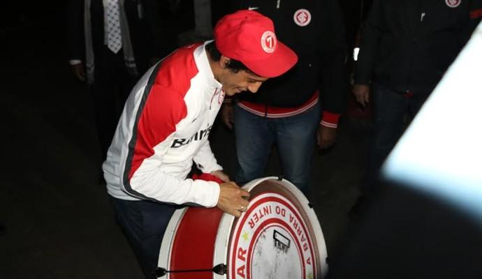 Luque recebeu o carinho da torcida na chegada a Porto Alegre (Foto: Tomas Hammes/GloboEsporte.com)