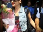 Paula Fernandes é recebida com flores em Angola