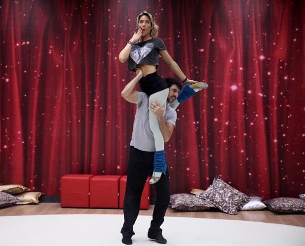 Dupla vança na coreografia (Foto: Pedro Curi/ TV Globo)