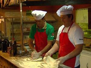 Irmãos Souza, de Caconde, aprenderam os segredos das pizzas na Itália (Foto: Rodrigo Sargaço/EPTV)