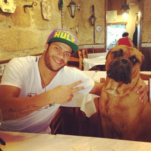 Hulk e seu parceiro de almoço (Foto: Reprodução / Instagram)
