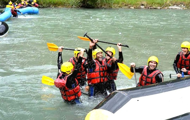 jogadores Roma fazendo rafting Campo Tures (Foto: Divulgação / Site Oficial do Roma)