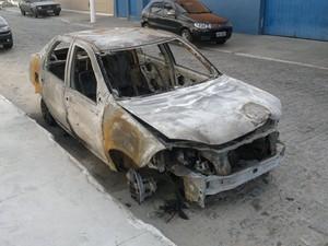 carro incendiado  (Foto: Heitor Moreira/G1)