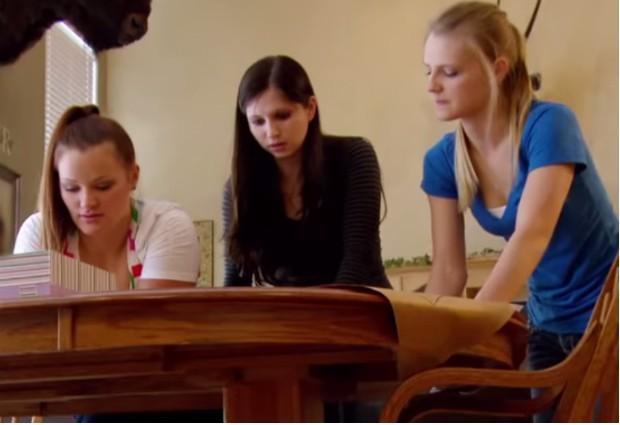 Irmãs ESCAPAM DE SEITA RELIGIOSA NOS ESTADOS UNIDOS (Foto: Reprodução / YouTube)